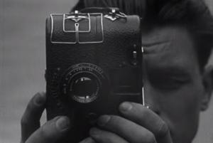 Fotograma tomado de 'De Brug' en el que se observa a Joris Ivens con su cámara Kinamo N25